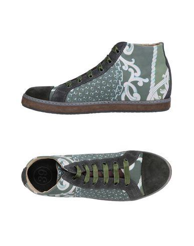 Les Chaussures De Sport De Soisire