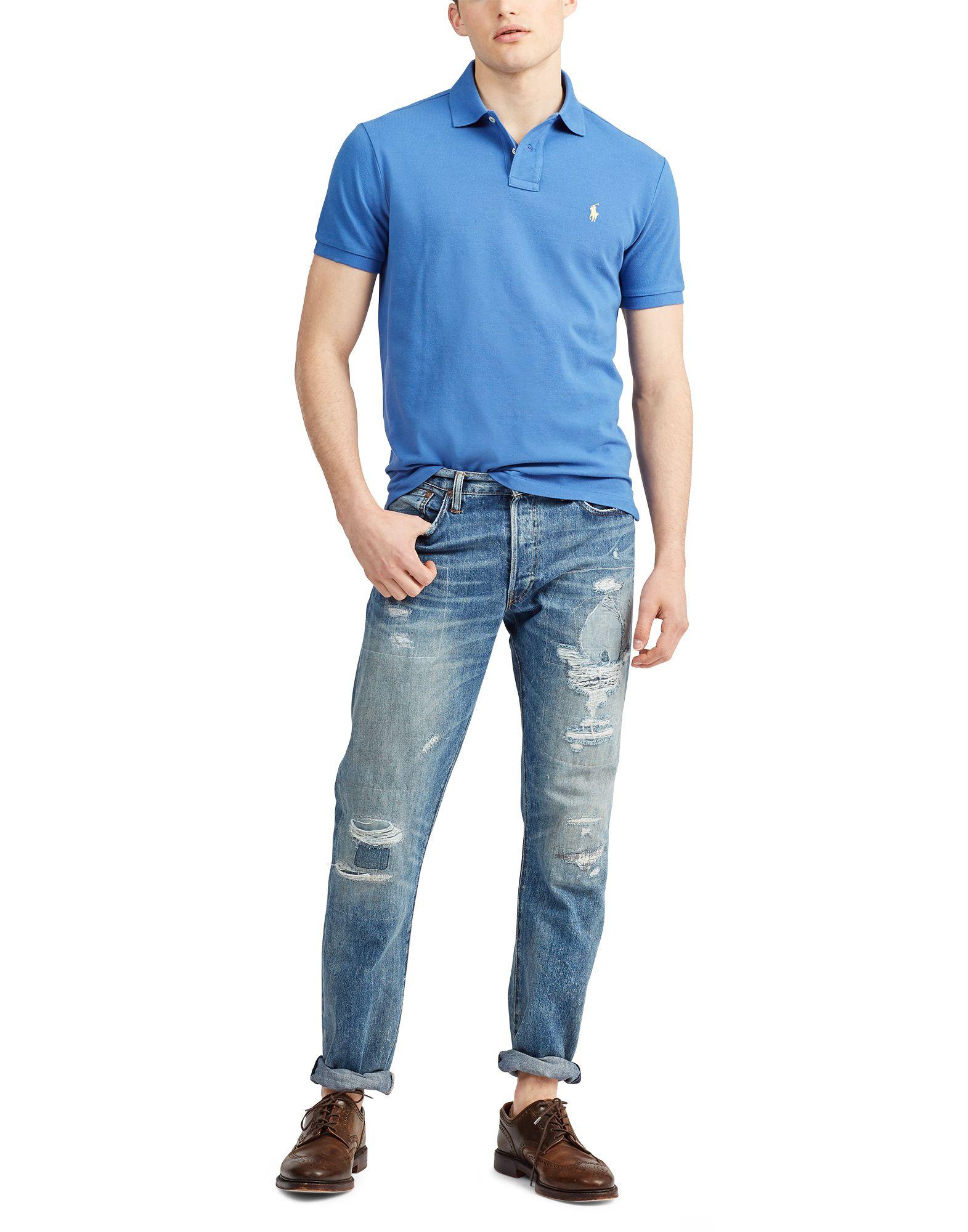 青色ポロシャツデニムの男性の画像