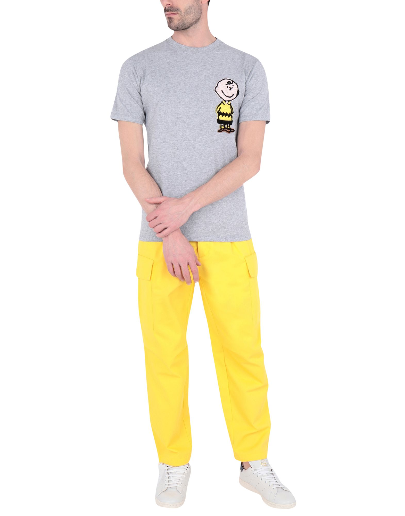 黄色パンツのモデル