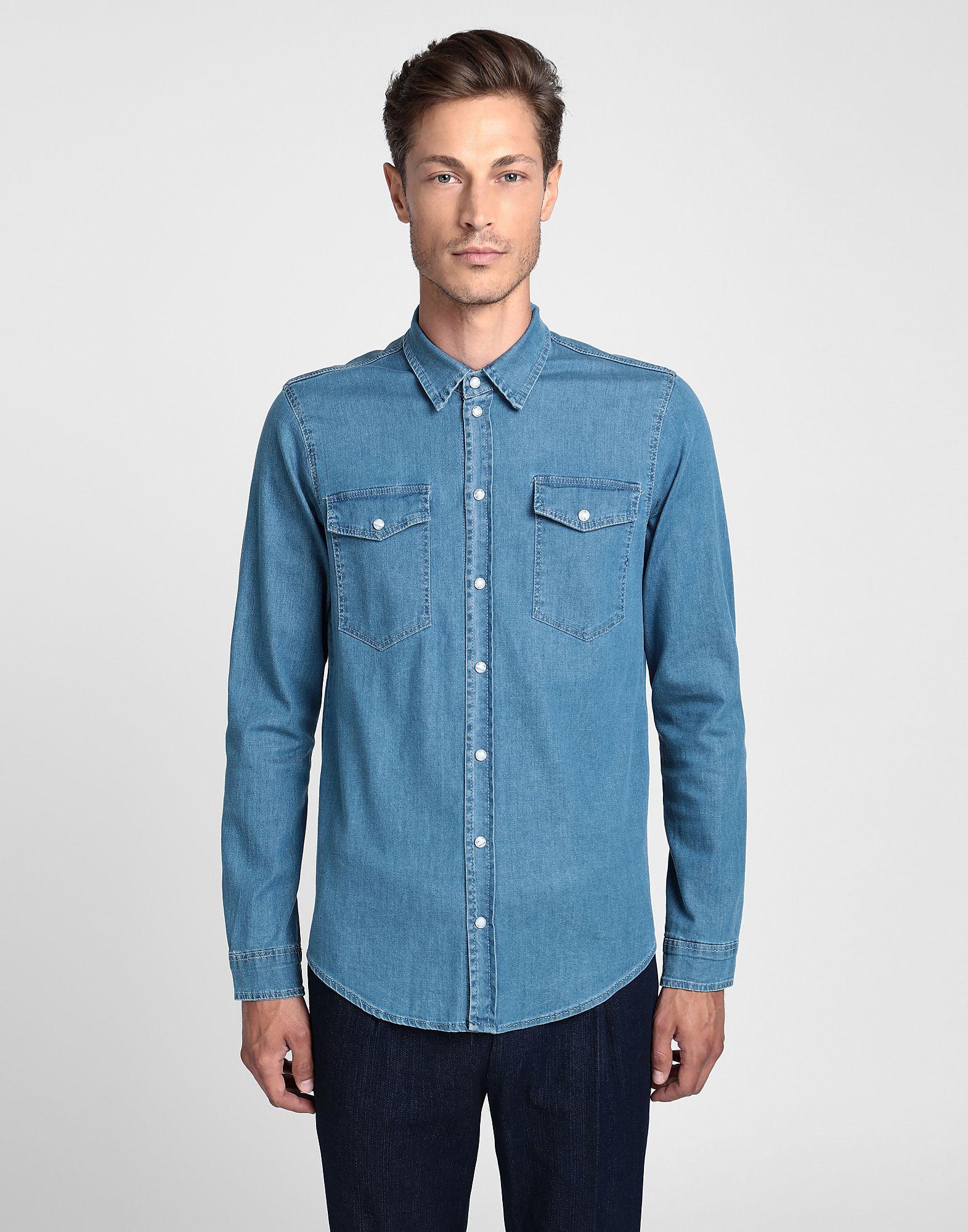 青色デニムシャツの画像
