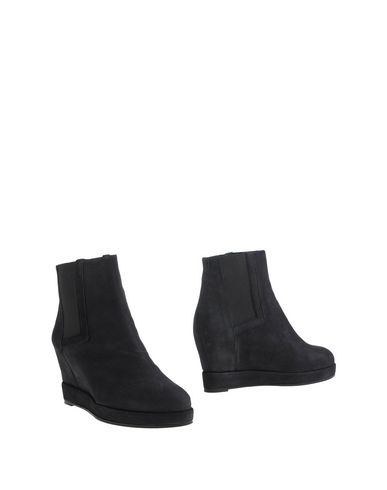SURFACE TO AIR Ankle Boot in Black