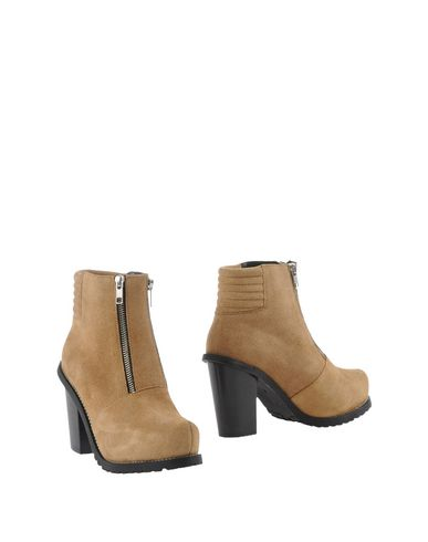 SURFACE TO AIR Ankle Boot in Sand