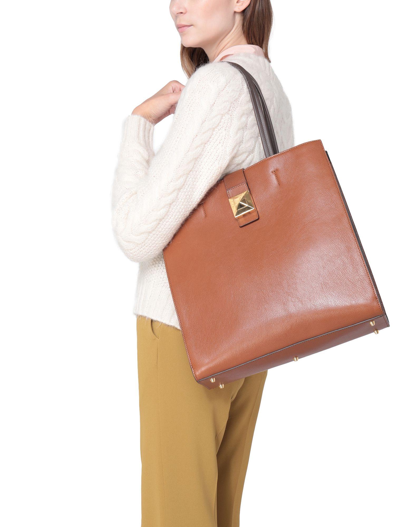 バッグを持ったモデルの画像